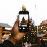La Puglia è conosciuta per le sue tante tradizioni tramandate di generazione in generazione e portate avanti da tutti i Pugliesi dal Gargano al Salento. In particolar modo il Natale è una delle feste più celebrate carica di significati, mentre gli adulti hanno un approccio più spirituale e religioso i bambini amano l'aspetto gioioso e ludico nell'attesa dell'arrivo di Babbo Natale. Trascorrere le vacanze di Natale in Puglia è sempre un'esperienza meravigliosa che segna positivamente i ricordi di ognuno. Abbiamo raccolto le esperienze e i suggerimenti di chi in passato ha visitato la regione durante le feste natalizie e abbiamo stilato una piccola classifica così possiamo condividere tante idee per trascorrere il Natale 2019 in Puglia. La magia dei presepi in Salento Per tradizione in Puglia il presepe è una colonna portante del Natale, ce ne sono di vario tipo come quello di cartapesta di Lecce o quello vivente più longevo d'Italia a Tricase, quello celato in una grotta marina a Santa Maria di Leuca, o quelli più classici custoditi in ogni chiesa salentina. In ogni caso se avete voglia di un tour per visitarli tutti vi consigliamo come base l'Hotel & SPA 4 stelle di Porto Cesareo fronte mare perfetto come punto di partenza alla scoperta delle bellezze di tutto il territorio. Mercatini di Natale tra i trulli A Natale lo scambio dei regali è un must ma mentre i bambini vengono facilmente accontentati con giocattoli e videogiochi per gli adulti il regalo perfetto è croce e delizia. Per ovviare a questo problema basta passeggiare per i mercatini artigianali natalizi come quello di Alberobello in provincia di Bari, tra i banchi colorati si possono trovare cose molto interessanti ad esempio prodotti dolciari, vini D.O.C, l'olio evo, ceramiche di Grottaglie o presepi artigianali regali graditi a tutti. Ma se siete proprio a corto di idee regalo e volete qualcosa di originale potete approfittare dei cofanetti benessere così facendo donerete una vera e propria esperienza di 
